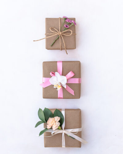 Gift wrapping with kraft paper, reusable ribbon and flowers